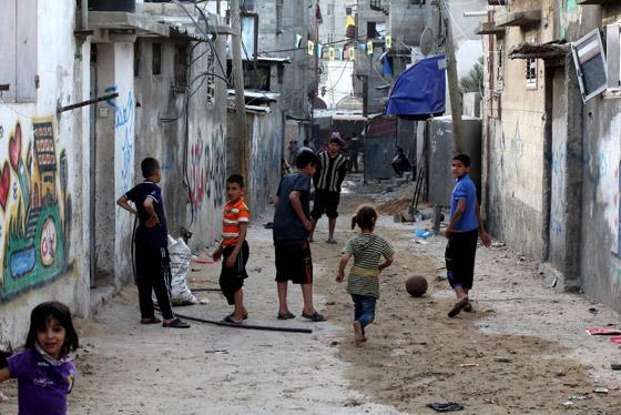 صورة رقم 1 - لجأوا إلى المخيمات.. لبنانيون ينتقلون للعيش في مخيمات اللاجئين الفلسطينيين