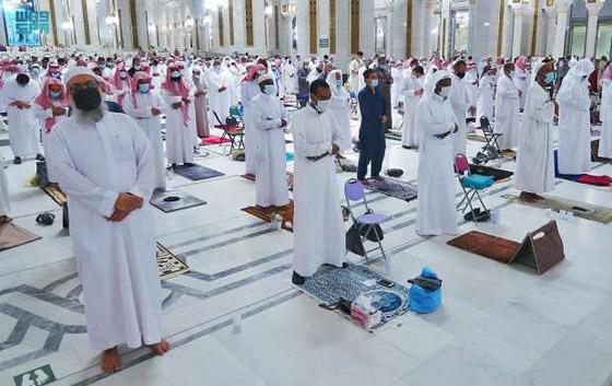 """صورة رقم 2 - أول صلاة تراويح في رمضان 2021 بالحرم المكي.. إجراءات استثنائية بمشاركة """"المحصنين"""" (صور)"""