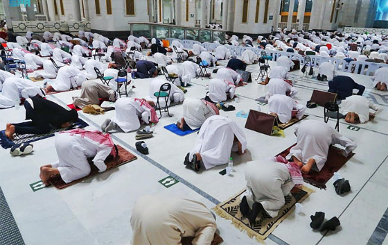"""صورة رقم 5 - أول صلاة تراويح في رمضان 2021 بالحرم المكي.. إجراءات استثنائية بمشاركة """"المحصنين"""" (صور)"""