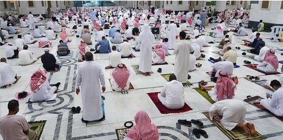 """صورة رقم 3 - أول صلاة تراويح في رمضان 2021 بالحرم المكي.. إجراءات استثنائية بمشاركة """"المحصنين"""" (صور)"""