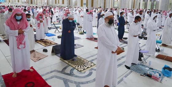 """صورة رقم 4 - أول صلاة تراويح في رمضان 2021 بالحرم المكي.. إجراءات استثنائية بمشاركة """"المحصنين"""" (صور)"""