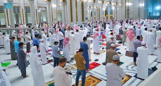 """صورة رقم 7 - أول صلاة تراويح في رمضان 2021 بالحرم المكي.. إجراءات استثنائية بمشاركة """"المحصنين"""" (صور)"""