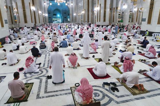 """صورة رقم 8 - أول صلاة تراويح في رمضان 2021 بالحرم المكي.. إجراءات استثنائية بمشاركة """"المحصنين"""" (صور)"""