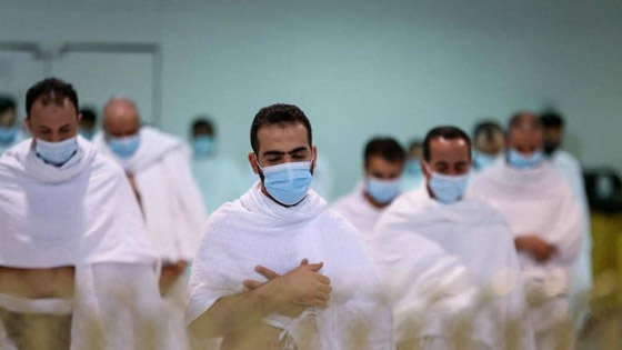 صورة رقم 2 - بالصور.. محصنون ضد كورونا يؤدون مناسك العمرة