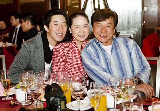 صورة رقم 4 - جاكي شان يتبرع بكامل ثروته ويحرم ابنه الوحيد من أمواله!