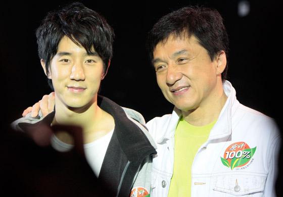 صورة رقم 2 - جاكي شان يتبرع بكامل ثروته ويحرم ابنه الوحيد من أمواله!