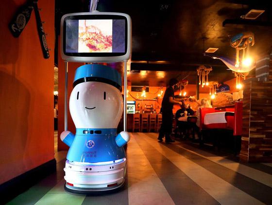 صورة رقم 1 - صور: مطعم أمريكي يوظف روبوتات لخدمة الزبائن لقلة الجرسونات! هل سيطالبك النادل الإلكتروني بالبقشيش؟