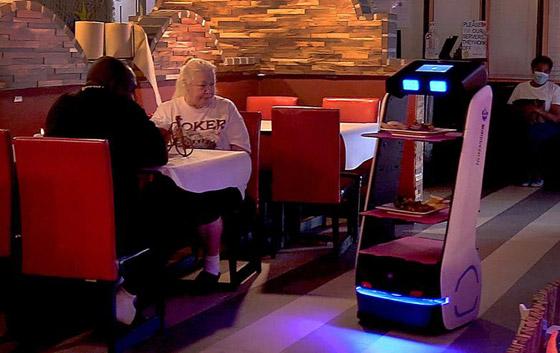 صورة رقم 4 - صور: مطعم أمريكي يوظف روبوتات لخدمة الزبائن لقلة الجرسونات! هل سيطالبك النادل الإلكتروني بالبقشيش؟