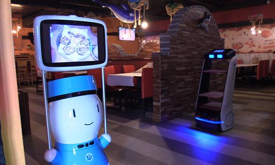 صورة رقم 5 - صور: مطعم أمريكي يوظف روبوتات لخدمة الزبائن لقلة الجرسونات! هل سيطالبك النادل الإلكتروني بالبقشيش؟