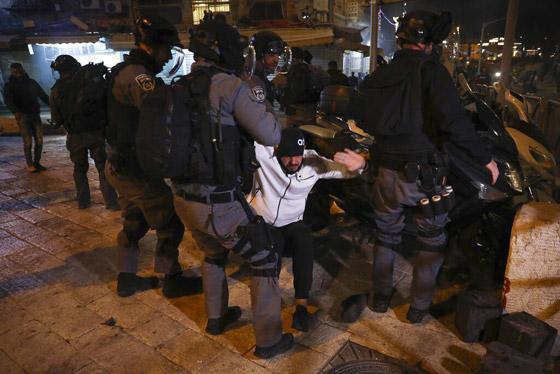 """صورة رقم 1 - وسط دعوات يهودية """"للانتقام من العرب"""".. إصابة عشرات الفلسطينيين بمواجهات مع قوات إسرائيلية بالقدس"""