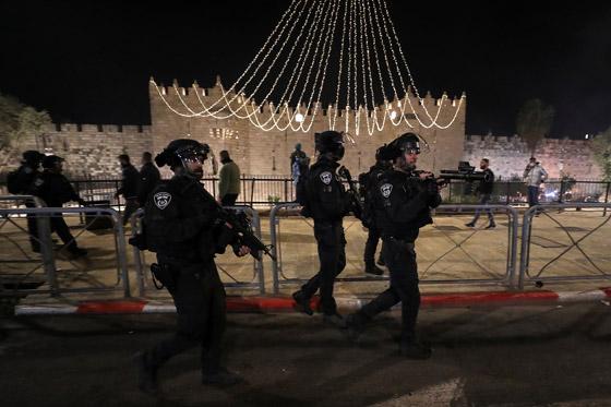 """صورة رقم 9 - وسط دعوات يهودية """"للانتقام من العرب"""".. إصابة عشرات الفلسطينيين بمواجهات مع قوات إسرائيلية بالقدس"""