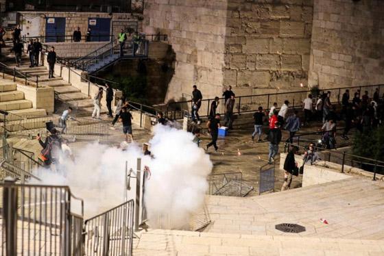 """صورة رقم 4 - وسط دعوات يهودية """"للانتقام من العرب"""".. إصابة عشرات الفلسطينيين بمواجهات مع قوات إسرائيلية بالقدس"""