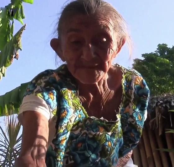 صورة رقم 9 - فيديو وصور عجوز مكسيكية (88 عاما) تتسلق الأشجار بلياقة مذهلة لتجني الفاكهة لتبيعها وتقطع الخشب