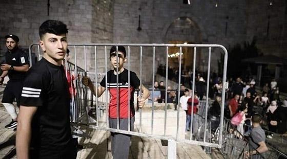 صورة رقم 5 - إسرائيل تسمح للفلسطينيين بالوصول لمحيط البلدة القديمة بالقدس