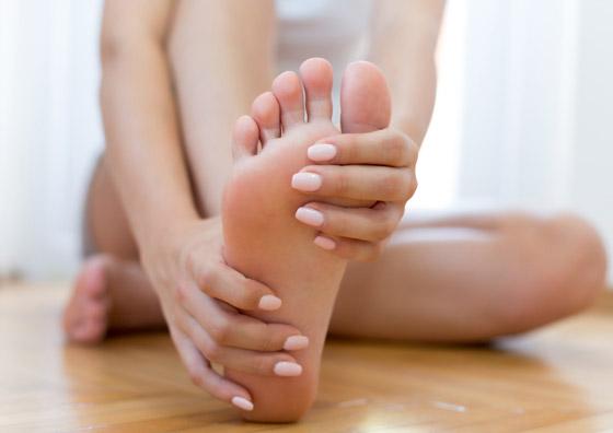 صورة رقم 1 - تعرفوا إلى 10 طرق سهلة وبسيطة لتخفيف آلام القدمين والتهاب العظام