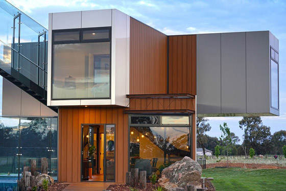 صورة رقم 3 - صور: منزل مبهر بناه زوجان أستراليان من 7 حاويات شحن ضخمة! المنزل مرشح لجائزة أفضل تصميم معماري