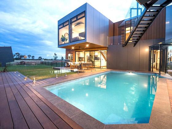 صورة رقم 4 - صور: منزل مبهر بناه زوجان أستراليان من 7 حاويات شحن ضخمة! المنزل مرشح لجائزة أفضل تصميم معماري