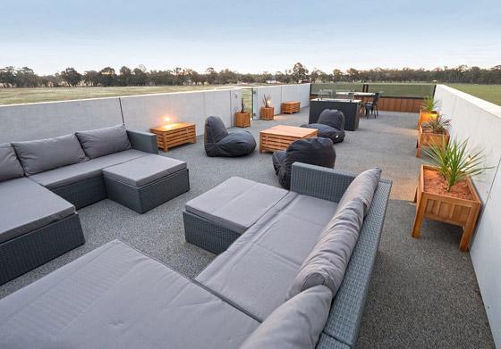 صورة رقم 7 - صور: منزل مبهر بناه زوجان أستراليان من 7 حاويات شحن ضخمة! المنزل مرشح لجائزة أفضل تصميم معماري