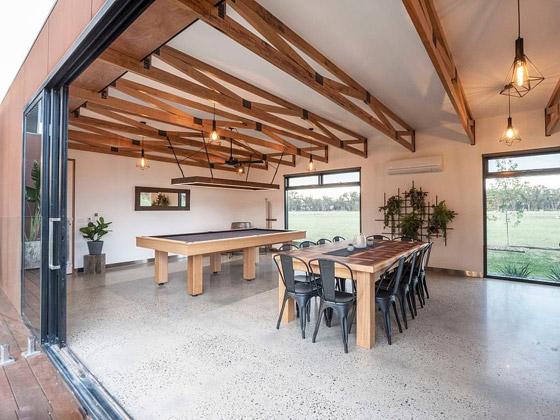 صورة رقم 8 - صور: منزل مبهر بناه زوجان أستراليان من 7 حاويات شحن ضخمة! المنزل مرشح لجائزة أفضل تصميم معماري