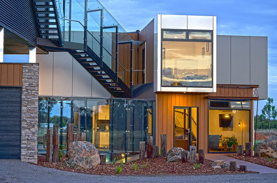 صورة رقم 9 - صور: منزل مبهر بناه زوجان أستراليان من 7 حاويات شحن ضخمة! المنزل مرشح لجائزة أفضل تصميم معماري