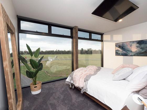 صورة رقم 11 - صور: منزل مبهر بناه زوجان أستراليان من 7 حاويات شحن ضخمة! المنزل مرشح لجائزة أفضل تصميم معماري