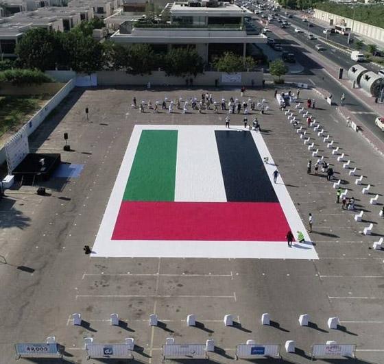صورة رقم 1 - الإمارات تدخل موسوعة غينيس بأكبر لوحة فسيفسائية تجسد علم الدولة