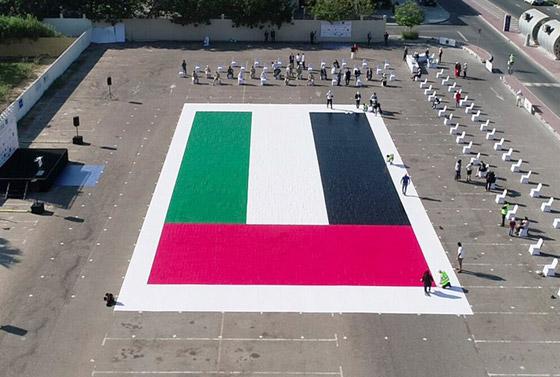 صورة رقم 4 - الإمارات تدخل موسوعة غينيس بأكبر لوحة فسيفسائية تجسد علم الدولة