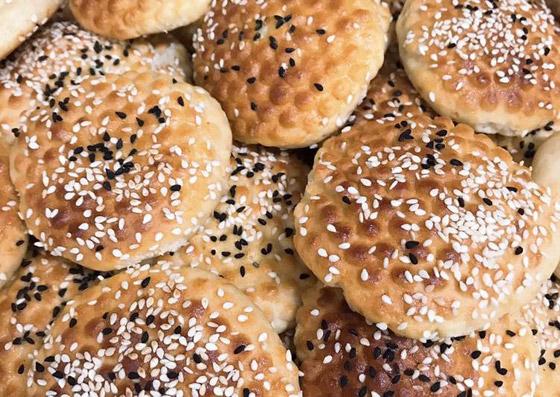 صورة رقم 5 - إليكم طريقة تحضير خبز رمضان بالسمسم وحبة البركة الشهي