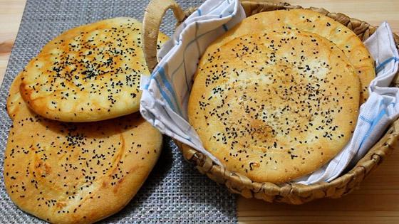 صورة رقم 7 - إليكم طريقة تحضير خبز رمضان بالسمسم وحبة البركة الشهي
