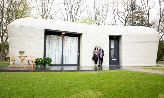 صورة رقم 1 - فيديو وصور: زوجان ينتقلان لأول منزل مطبوع ثلاثي الأبعاد بالكامل
