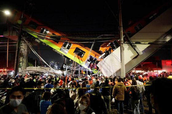 سقوط قطار على السيارات.. قتلى وجرحى بانهيار جسر معلق بالمكسيك! صورة رقم 1
