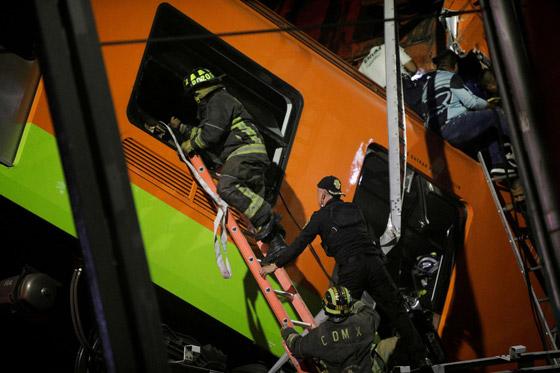 صورة رقم 2 - سقوط قطار على السيارات.. قتلى وجرحى بانهيار جسر معلق بالمكسيك!