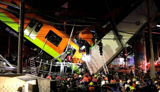 صورة رقم 3 - سقوط قطار على السيارات.. قتلى وجرحى بانهيار جسر معلق بالمكسيك!