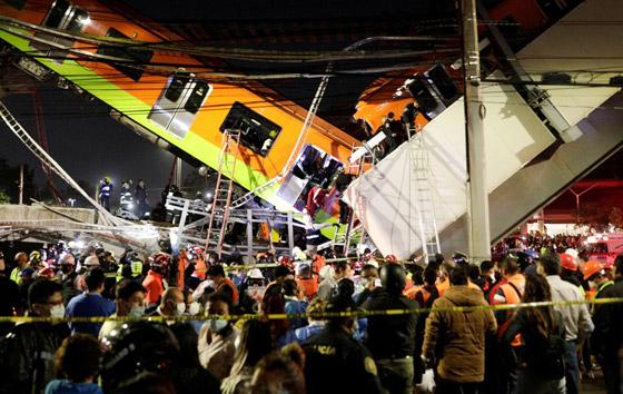 صورة رقم 4 - سقوط قطار على السيارات.. قتلى وجرحى بانهيار جسر معلق بالمكسيك!