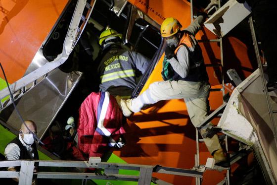 صورة رقم 5 - سقوط قطار على السيارات.. قتلى وجرحى بانهيار جسر معلق بالمكسيك!