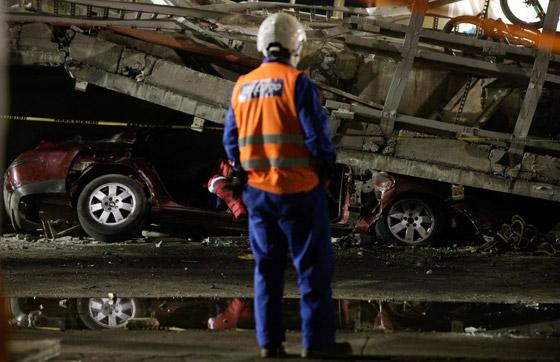 صورة رقم 8 - سقوط قطار على السيارات.. قتلى وجرحى بانهيار جسر معلق بالمكسيك!