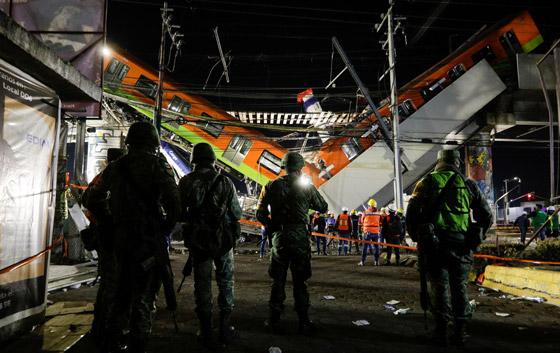 صورة رقم 9 - سقوط قطار على السيارات.. قتلى وجرحى بانهيار جسر معلق بالمكسيك!