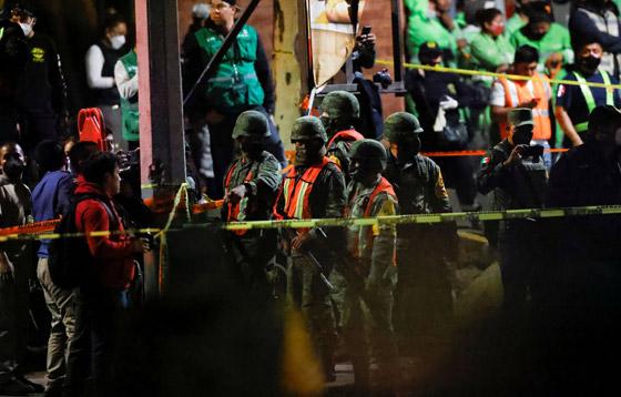 صورة رقم 10 - سقوط قطار على السيارات.. قتلى وجرحى بانهيار جسر معلق بالمكسيك!