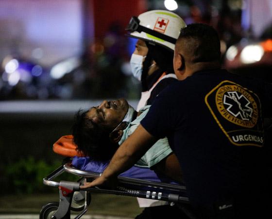 صورة رقم 11 - سقوط قطار على السيارات.. قتلى وجرحى بانهيار جسر معلق بالمكسيك!