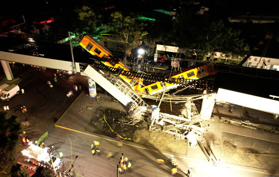 صورة رقم 12 - سقوط قطار على السيارات.. قتلى وجرحى بانهيار جسر معلق بالمكسيك!