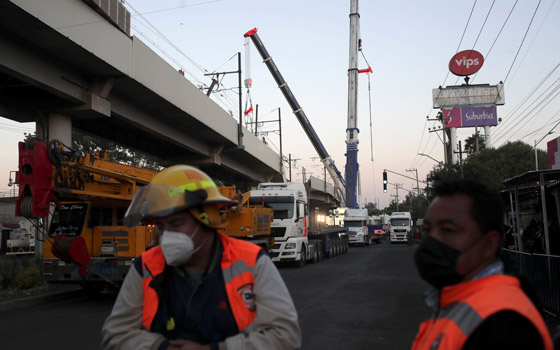 صورة رقم 15 - سقوط قطار على السيارات.. قتلى وجرحى بانهيار جسر معلق بالمكسيك!