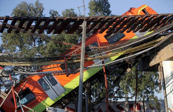 صورة رقم 17 - سقوط قطار على السيارات.. قتلى وجرحى بانهيار جسر معلق بالمكسيك!