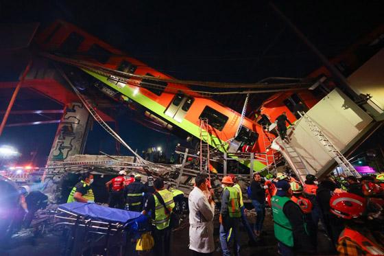 صورة رقم 18 - سقوط قطار على السيارات.. قتلى وجرحى بانهيار جسر معلق بالمكسيك!