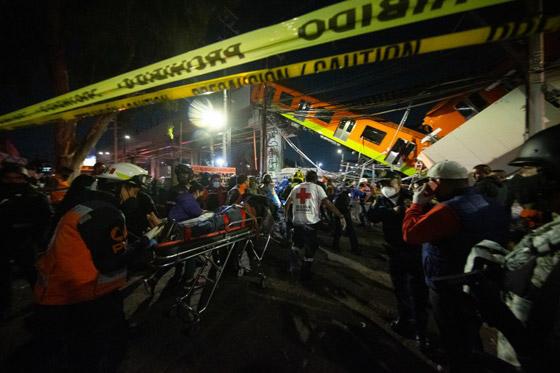 صورة رقم 19 - سقوط قطار على السيارات.. قتلى وجرحى بانهيار جسر معلق بالمكسيك!