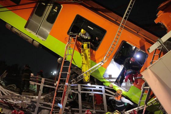 صورة رقم 20 - سقوط قطار على السيارات.. قتلى وجرحى بانهيار جسر معلق بالمكسيك!