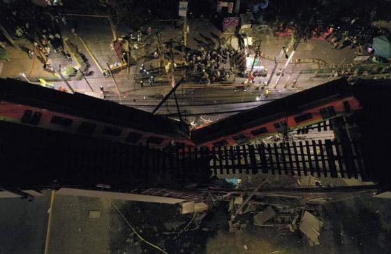 صورة رقم 22 - سقوط قطار على السيارات.. قتلى وجرحى بانهيار جسر معلق بالمكسيك!