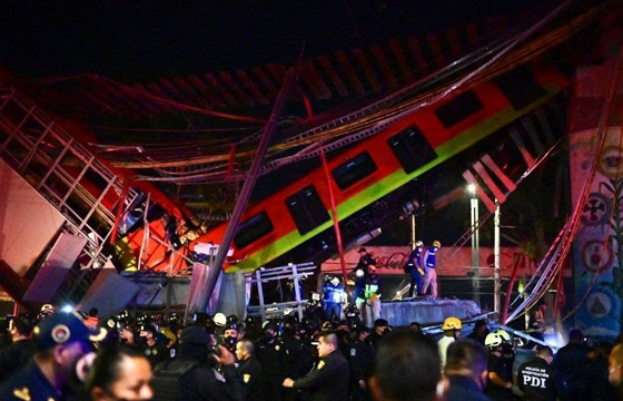 صورة رقم 27 - سقوط قطار على السيارات.. قتلى وجرحى بانهيار جسر معلق بالمكسيك!
