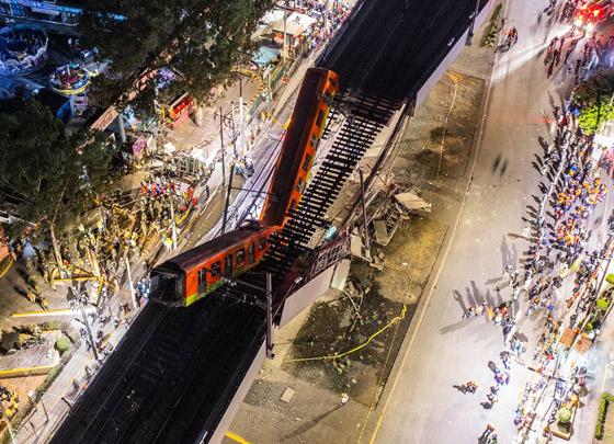 صورة رقم 28 - سقوط قطار على السيارات.. قتلى وجرحى بانهيار جسر معلق بالمكسيك!