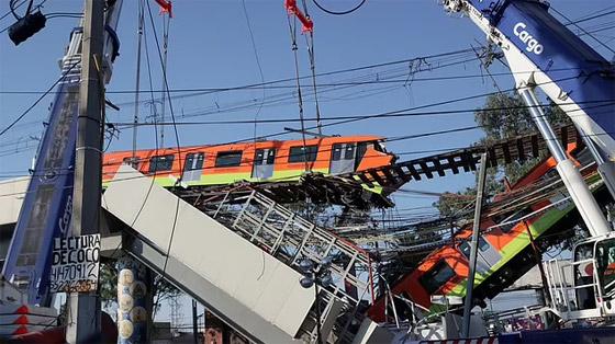 صورة رقم 29 - سقوط قطار على السيارات.. قتلى وجرحى بانهيار جسر معلق بالمكسيك!