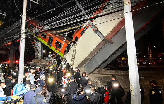 صورة رقم 30 - سقوط قطار على السيارات.. قتلى وجرحى بانهيار جسر معلق بالمكسيك!